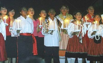 Afbeelding: Children of all ethnicities singing together in Kazamintu la Praiya, a Kristang musical performed at the Portuguese Settlement in Malacca.